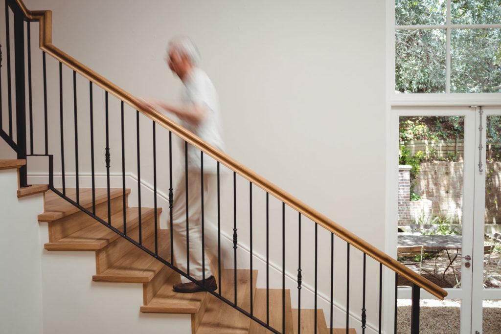personne âgée monte l'escalier